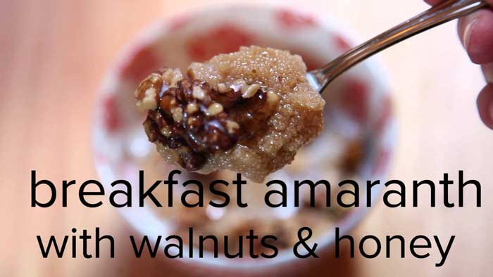 صبحانۀ تاج خروس با گردو و عسل